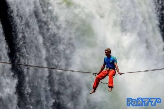 Лукас Ирмлер решил отдохнуть, сидя на тросу, над водопадом Виктория, в Зимбабве