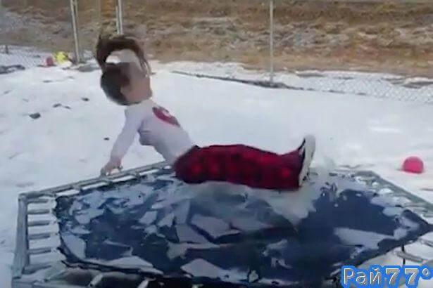 Маленькая американка провела неудачное испытание батута, подаренного ей на Рождество. (Видео)