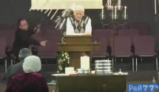 Неуклюжий викарий заставил замолкнуть священника во время мессы в католической церкви, в США. (Видео)