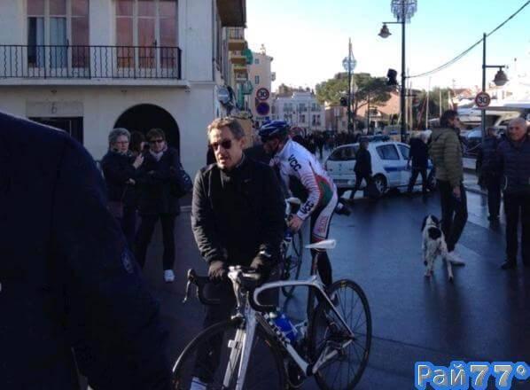Французский полицейский задержал, ехавшего по встречной полосе на велосипеде Николя Саркози.