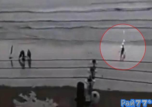 Молния поразила девушку, гуляющую по пляжу в Бразилии. (Видео)