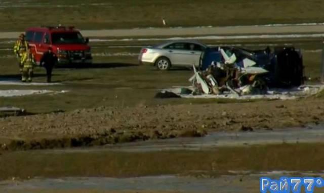 Супружеская пара и 6-месячный ребёнок выжили в авиакатастрофе, упав на легкомоторном самолёте на припаркованный автомобиль в США. (Видео)