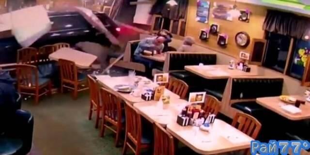 Пожилая автолюбительница, перепутав педали, разнесла ресторан в Мичигане. (Видео)