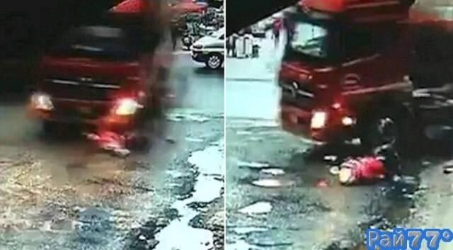 Две китайские школьницы чудом выжили, побывав под колёсами неуправляемого грузовика. (Видео)