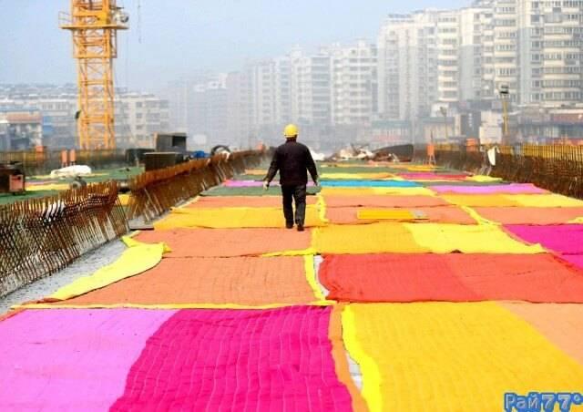 Китайские строители утеплили покрытие новой дороги при помощи 100 одеял.