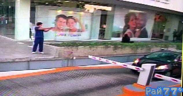 Покушение на сотрудника американского консульства в Мексике попало в объектив видеокамеры.