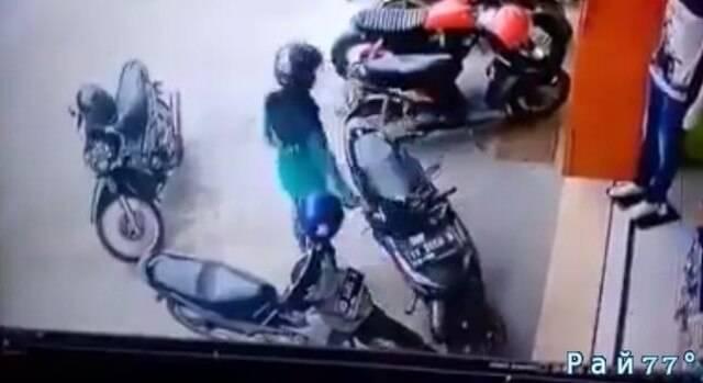 Вьетнамская мотоциклистка покорила интернет умением парковки своего «железного коня». (Видео)