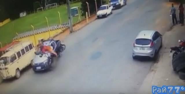 Бразильский мотоциклист, совершив головокружительный кульбит, отделался переломом пальца на ноге. (Видео)