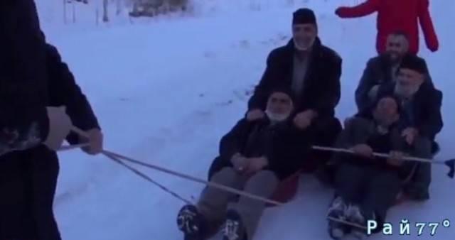 Турецкие пенсионеры вспомнили детство и скатились в тазах по заснеженному склону. (Видео)