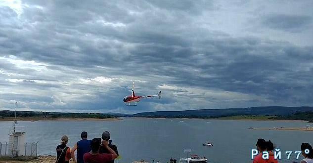 Бразильянка, находясь на борту вертолёта запечатлела момент падения летательного аппарата в водоём. (Видео)