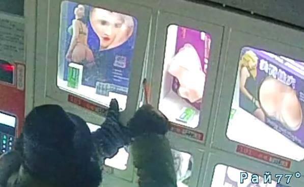 Любитель резиновых изделий украл надувную куклу в китайском секс-шопе. (Видео)