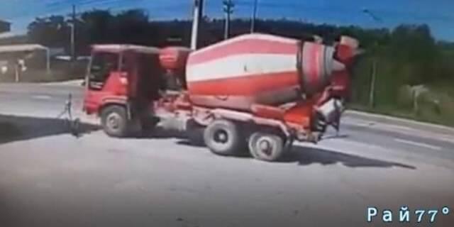 Неуправляемый цементовоз, без задних колёс чуть не разнёс кафе в Тайланде. (Видео)