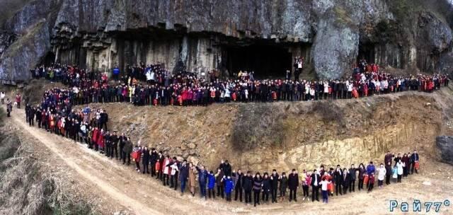 В семейной фотосессии приняли участие 500 родственников в Китае.