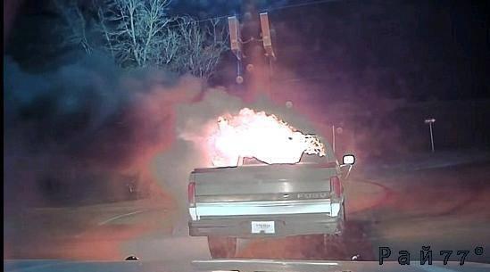 Полицейские не растерялся и отбуксировал загоревшийся пикап с территории ресторана в США. (Видео)
