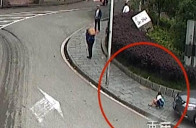 Случайные прохожие вытащили ребёнка из под колёс автомобиля. (Видео)