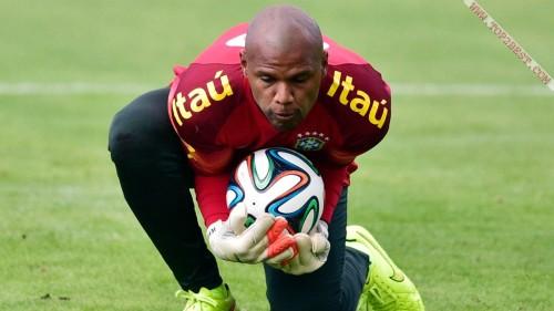 Вооружённые грабители поставили на колени известного футболиста и угнали его автомобиль в Бразилии. (Видео)