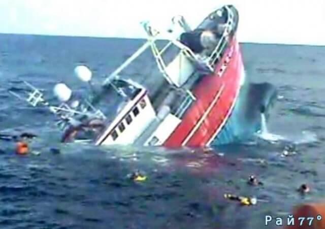 Рыбацкая лодка с пятью членами экипажа на борту затонула у Шетландских островов. (Видео)