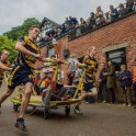 Гонки на кроватях «Knaresborough Bed Race» прошли в Британии. (Видео) 5