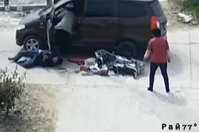 Рассеянный китайский автомобилист, сбив велосипедиста, забыл поставить на ручник свой автомобиль и чуть не переехал пострадавшего. (Видео)