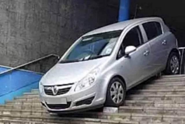 91-летняя британская автовладелица попала в затруднительное положение, следуя указаниям навигатора.