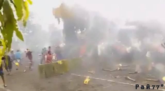 Огненное побоище с участием нескольких десятков молодых людей произошло в Тайланде. (Видео)