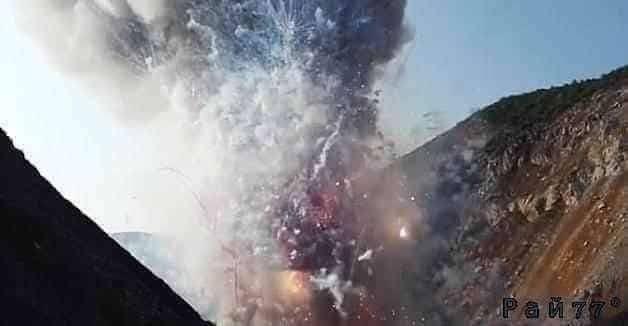Потрясающее огненное шоу устроили китайские полицейские во время уничтожения нескольких тонн контрафактных фейерверков.