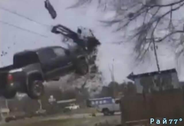 Авто угонщик, уходя от полицейской погони, совершил «головокружительный кульбит», приземлившись на крыше легкового автомобиля. (Видео)