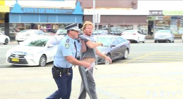 Пьяный мужчина прервал пресс - конференцию полицейского в Австралии. (Видео)
