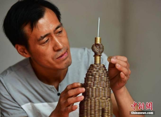 Китайский фермер создаёт скульптурные сооружения из монет.