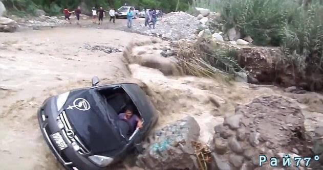 Автовладелец чудом спасся при попытке пересечь вышедшую из берегов реку в Перу. (Видео)