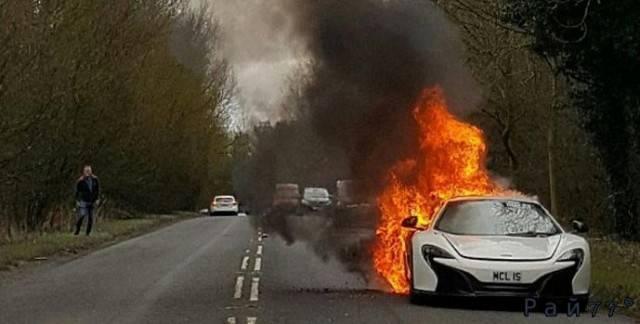 McLaren 650S Spider стоимостью 215000£ сгорел на британской автотрассе.