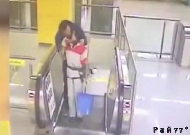 Китаец, чтобы не платить за билет в метро, поцеловал уборщицу. (Видео)