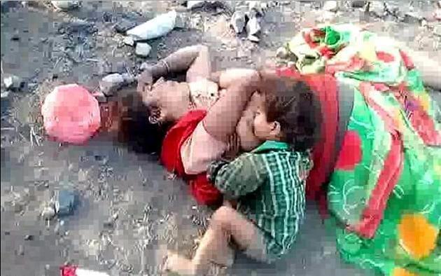 Очень тяжёлый для восприятия видеоролик момента самостоятельного кормления 17-месячного ребёнка, опубликовали индийские СМИ. (Видео)