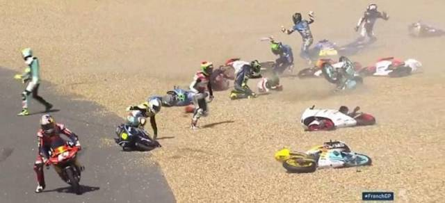 Из за разлившегося на трассе масла, десятки мотоциклистов сошли с дистанции во Франции. (Видео)