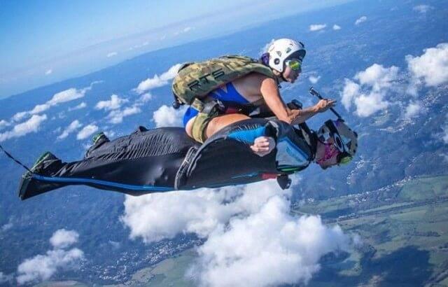 Воздушное родео на высоте 1500 метров над землёй продемонстрировали парашютистка и скайдайвер на вингсьюте. (Видео)