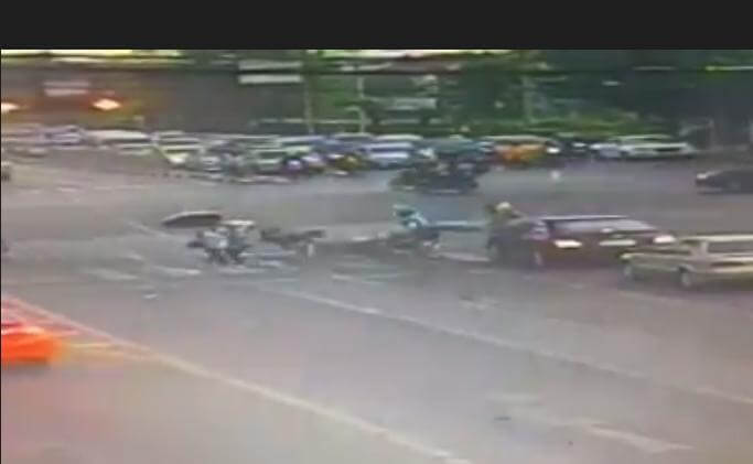 Попытка мотоциклиста объехать пешеходов в Тайланде, усугубила ситуацию. (Видео)