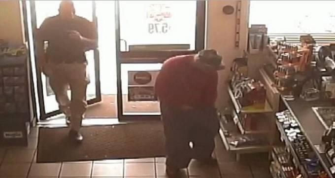 В США поймали воришку, который вынес в штанах 30 DVD дисков и 15 бутылок моторного масла. (Видео)