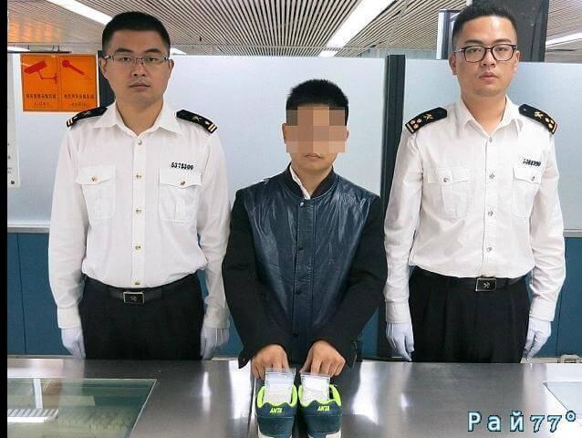 Китайские таможенники задержали хромающего контрабандиста с 1000 алмазов в кроссовках.
