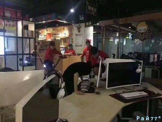 Разгневанный геймер застрял головой в мониторе, в китайском интернет - кафе.