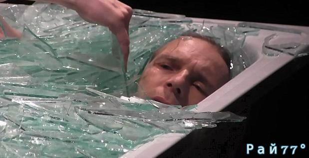 Швейцарский художник ради искусства целый час пролежал в ванне со стеклом. (Видео)