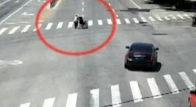 Китайский автомобилист блокировал трафик на оживлённой магистрали, сопровождая инвалида. (Видео)