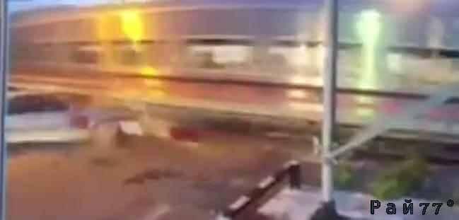 Водитель направил легковой автомобиль под колёса поезда в Тайланде. (Видео)