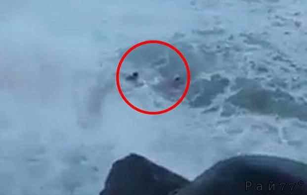 Двоих туристов смыло в море во время фото сессии на фоне бушующей стихии в Бразилии. (Видео)