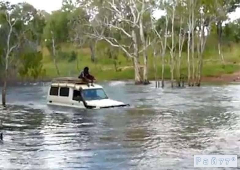 Внедорожник с пассажирами на крыше и в салоне чуть не ушёл под воду в кишащей крокодилами реке. (Видео)