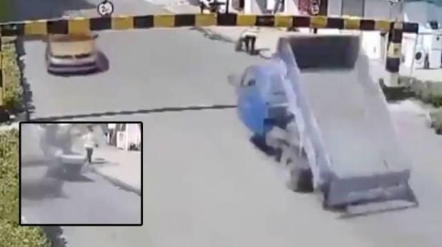 Случайный пешеход стал жертвой аварии в Китае. (Видео)