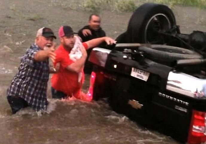 Драматический момент спасения детей из тонущего автомобиля был снят на камеру в Техасе.
