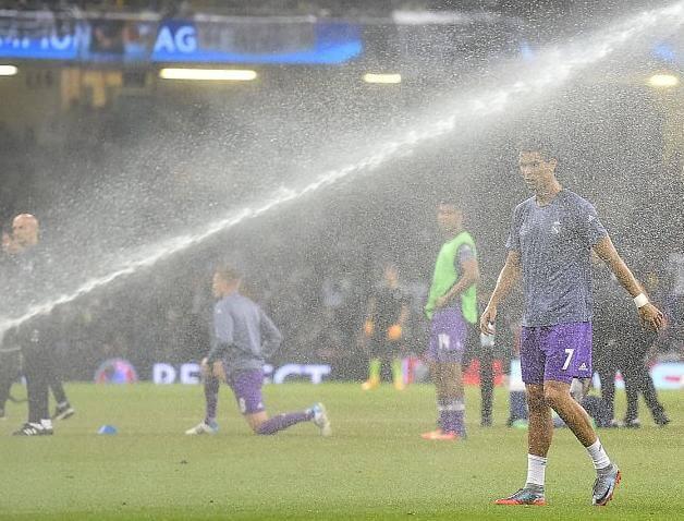 Криштиану Роналду принял незапланированный, холодный душ во время разминки перед финалом в Кардиффе.