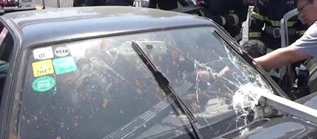 Китайский автомобилист чудом выжил после столкновения с мотоциклистом. (Видео)