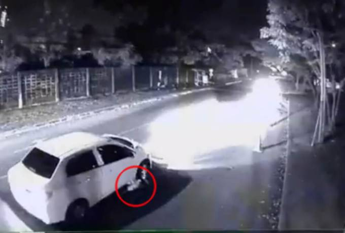 Сотрудник министерства здравоохранения протащил под автомобилем сбитого им мужчину в Тайланде. (Видео)