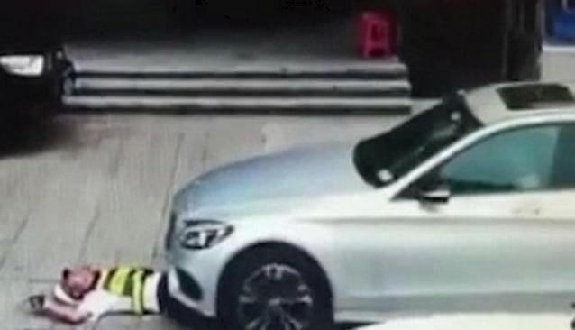 «Лежачий» полицейский не остановил автомобилиста на дороге в Китае. (Видео)